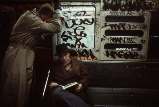 christopher-morris-photographs-the-gritty-NYC-subway-in-1981-designboom-05