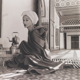 girving-penn_woman-in-moroccan-palace-lisa-fonssagrives-penn