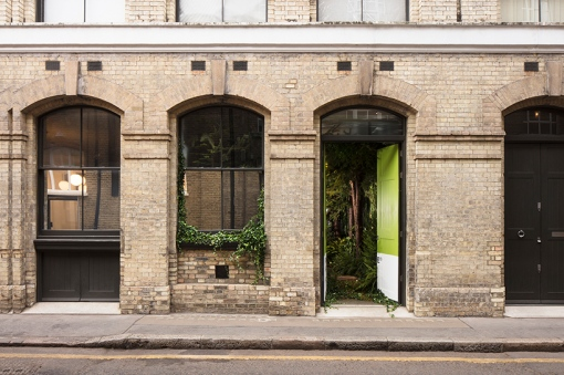 airbnb-pantone-outside-in-house-greenery-london-designboom-02